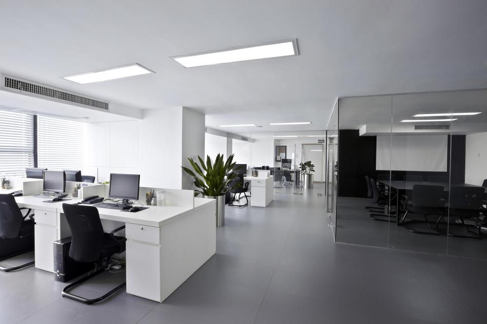 Ergonomiczne meble biurowe: wygodne krzesła do komputera, biurka z dużym blatem